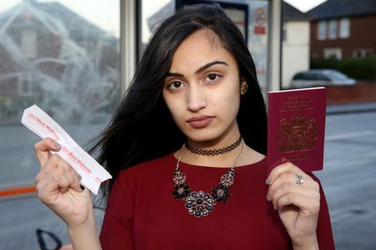 英国一位15岁少女由于妆化太浓,搭公交时竟被司机赶下车。