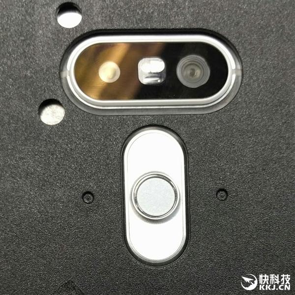 指纹识别当然不会缺席,G5的指纹识别将会被设计在背部,类似Nexus 5X。至于虹膜识别功能,目前暂时还不清楚G5是否具备。