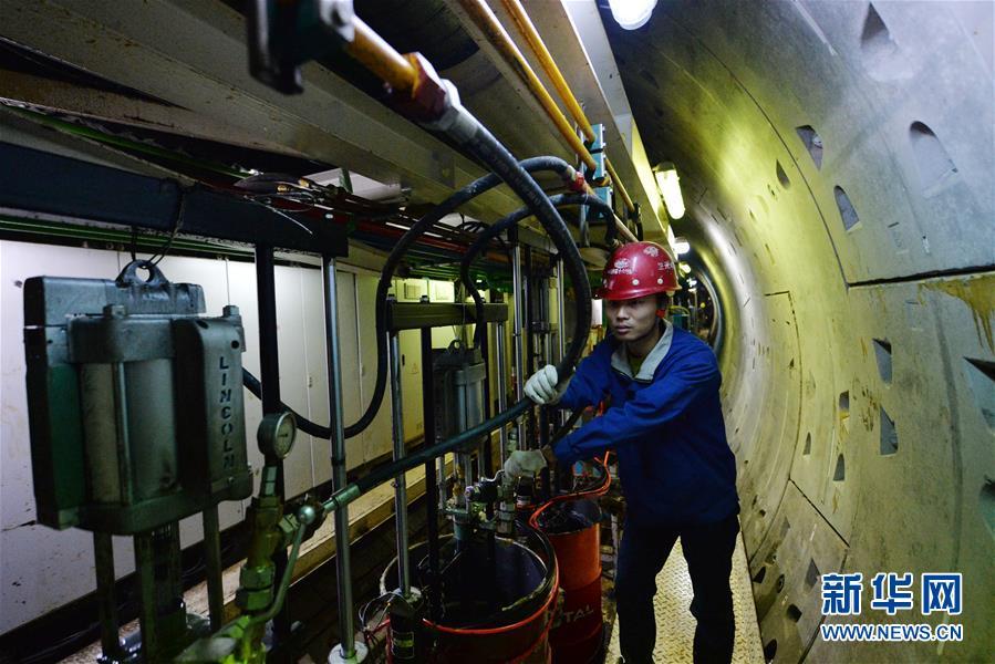 12月31日,工程技能人员在地道内乘坐轨道车由黄河北岸返回黄河南岸。