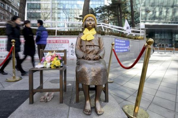 """日本驻韩大使馆前的""""少女像""""。"""
