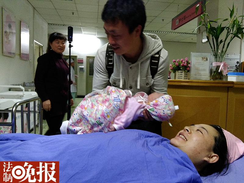 北京第一位新年宝宝诞生 父母为其取小名淘宝