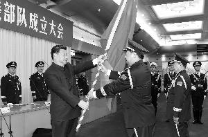 昨天,在北京八一大楼,习近平将军旗郑重授予陆军司令员李作成、政治委员刘雷。新华社记者 李刚/摄