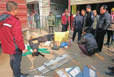 又到年末,华商报公布热线电话029-88880000,联合劳动保障监察部门集中为农民工讨薪。