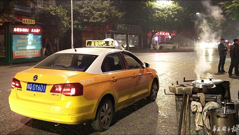"""1月2日下午开端,宜宾核心城区租借车顶灯告白打出""""妻子我错了,包涵我吧,阿强。""""很多市民纷繁在伴侣圈评论,处于刷屏形态。有市民质疑是告白公司炒作的举动。"""
