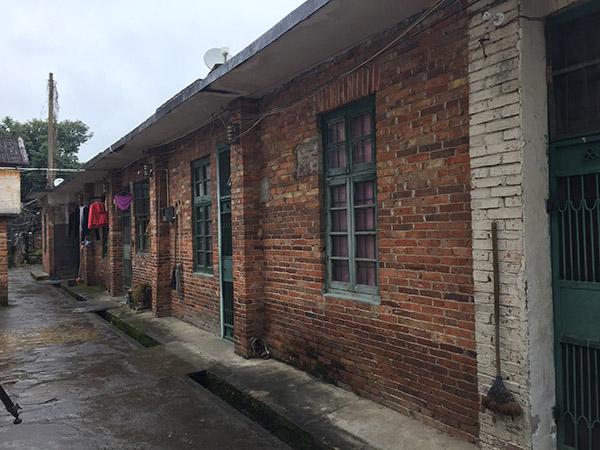 何天带位于关春村的故乡(中心绿色铁门)。