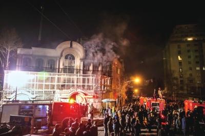示威者向沙特驻伊大使馆投掷燃烧物,导致使馆内部起火燃烧。图/东方IC