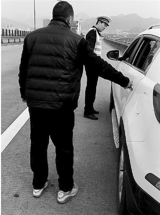 1月2日午�r11�c�[布,�刂菘焖俳痪�三大�巡查�,�_到�刂荽�蚨�r,�x景象警官�h�h�l�X一�v安徽派司小��停泊在硬路肩,另有搭客下�后吐逆。