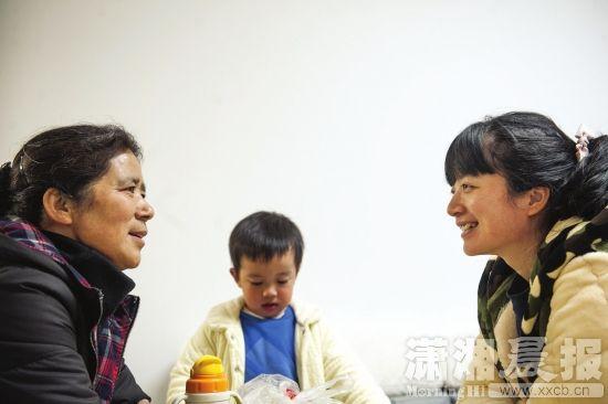 1月3日,长沙梅溪青秀社区,熊密斯和母亲、孩儿在一同。图/潇湘晨报记者 陈韵骄