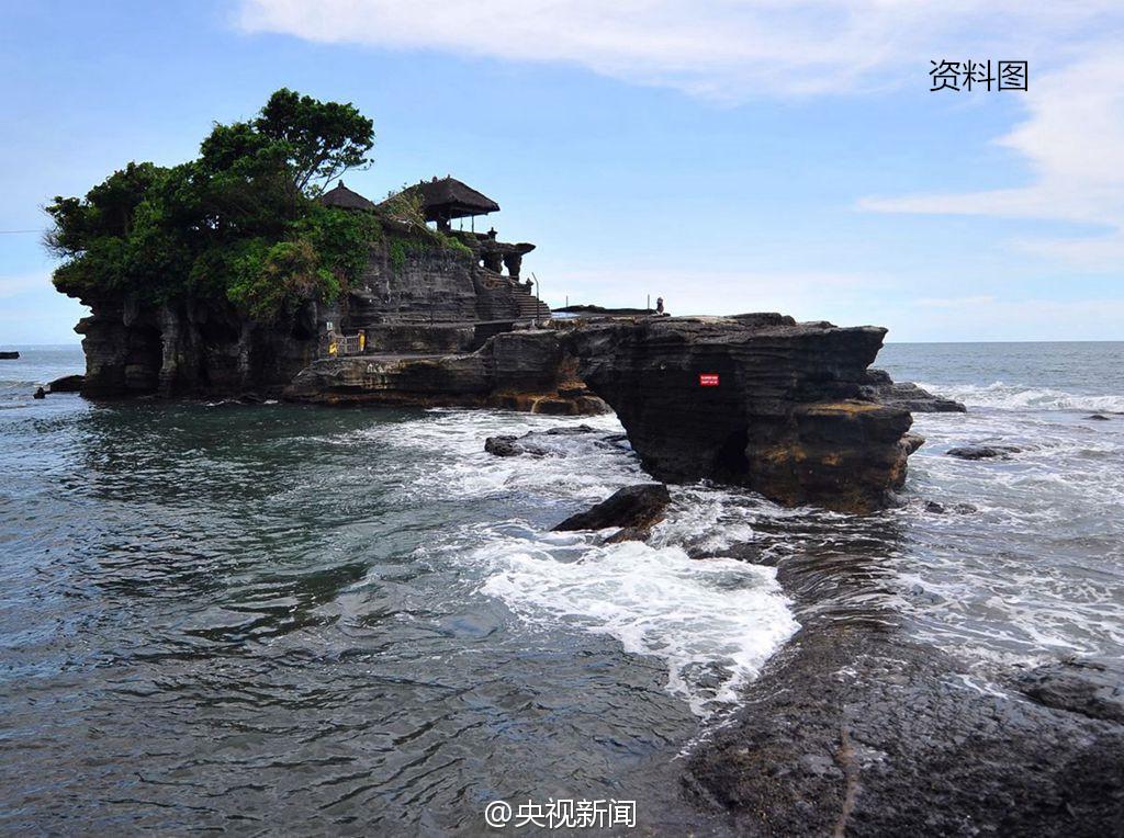 中国一名去巴厘岛旅游的游客因风景漂亮自拍,不小心失足跌落悬崖