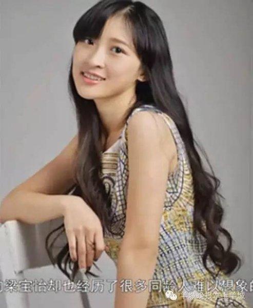 最近,一位女大学生成为了网络焦点。梁宝怡,现在是广州大学播音系三年级学生。从照片上,你也可以感受她的清丽。然而,92年出生的她在19岁念大一时就怀孕,20岁时成了一位母亲。现在,她已经有了两个孩子。