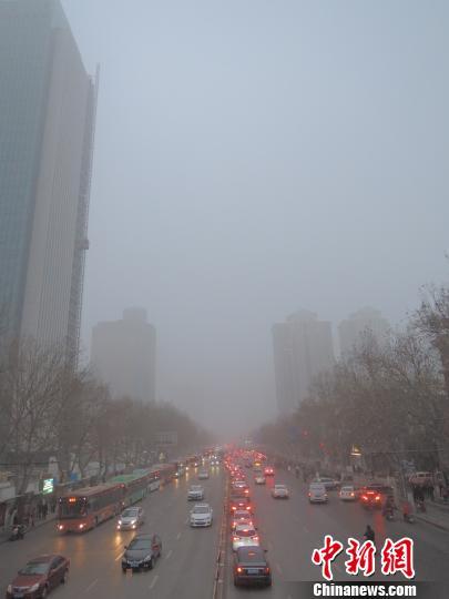 1月4日,郑州郊区以灰毛毛的天空迎来2016年的榜首个作业日。 韩章云 摄