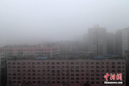 2015年12月31日,四川达州城区修筑覆盖在雾霾当中。张浪 摄