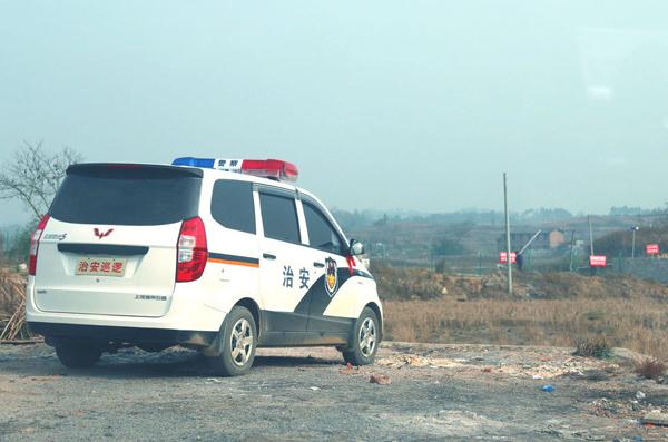 网友爆料称湖南邵阳市邵东县黄陂桥乡一村支书私下将面包车改装为警车,并用来法律。国家青年网 图