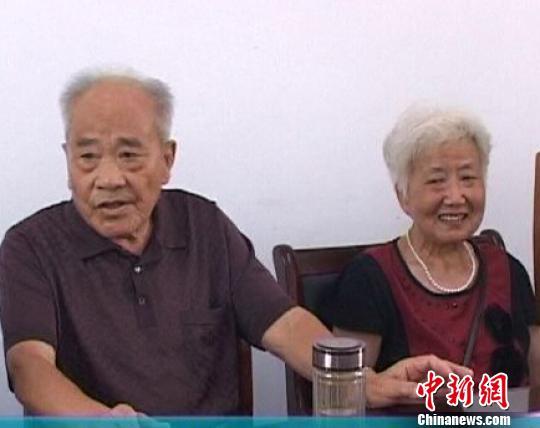 图为孙老左和生前的老伴积极参加社区活动。 刁端颖 摄