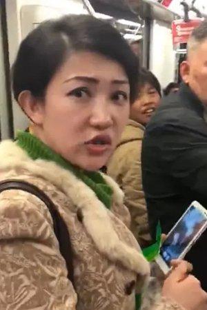 """上海地铁""""凤爪女""""遭""""人肉""""引争议"""
