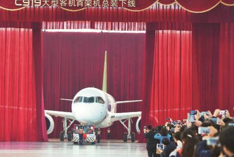 2015年,中国高端制造业继续高歌猛进。图为2015年11月2日,上海,中国商飞上海飞机制造有限公司总装厂房,承载着几代中国航空人梦想的国产大飞机C919在此举行总装下线仪式。CFP