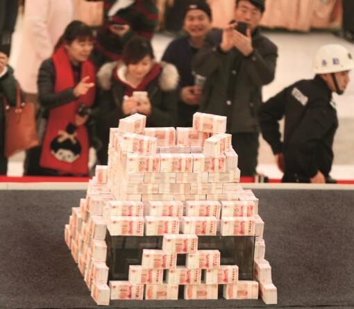 楼市不景气,开发商千方百计度难关。图为2015年11月26日,河南省洛阳市,一家开发商在商场堆放千万元现金,寻找销售牛人。CFP