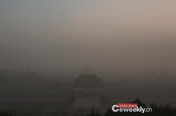 2015年岁末,北方地区雾霾频发,治理污染、保卫呼吸再度成为大家关注的焦点之一。图为2015年11月底,雾霾笼罩下的北京故宫。《中国经济周刊 》记者 肖翊 摄