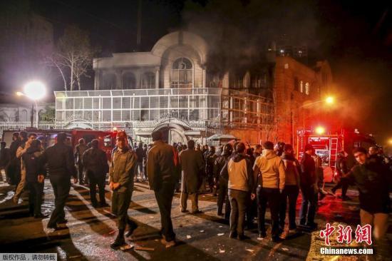当地时间1月2日,德黑兰,伊朗示威者冲击沙特驻伊朗大使馆,打砸使馆门窗并纵火焚烧使馆部分楼体。沙特内政部2日宣布处决了47名犯有恐怖主义罪行的囚犯,据报道,被处决者中包括知名什叶派教士尼姆尔。沙特阿拉伯外交大臣朱拜尔3日宣布,沙特与伊朗断绝外交关系,并责令伊朗外交人员48小时内离境。示威者冲击沙特大使馆,并投掷汽油弹。