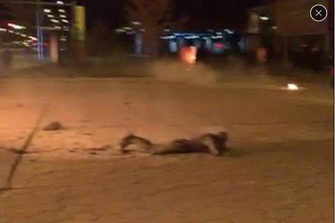一名男乘客通体烧伤,趴在距离起火公交车不到2米的地上。视频截图