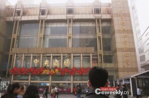 祝义财于2004年11月起通过江苏地华实业集团有限公司多次 举牌逐步获得了中央商场控制权,其后个人也多次增持。《中国经济周刊》见习记者 刘照普 摄