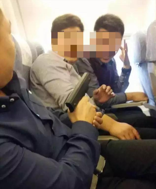 """机舱内搭客持""""枪""""照相 都城机场警方染指考察"""