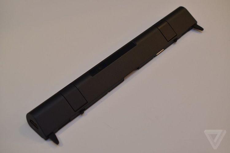 当 ThinkPad X1 Tablet 的底部连接了办公模块,续航时间便能延长 5 小时,总续航时间达到 15 小时,办公模块还能为 Tablet 提供全尺寸 HDMI 接口、扩展坞和全尺寸 USB 3.0 接口。