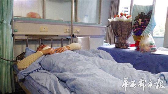 躺在病床上的吴医生。