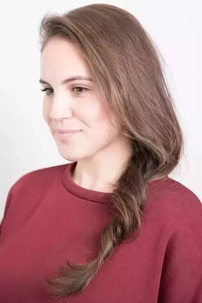 先把发根处的头发编成发辫, 然后把上面的头发绕在发辫上, 发尾扎紧