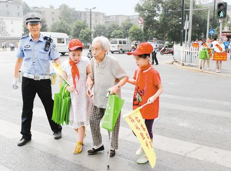 起帮助老人过马路 在商铺内检查消防设施 护送生病的孩子到达儿童医院