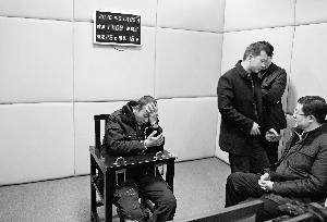 犯罪嫌疑人马永平在接受审讯。