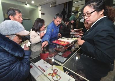 1月5日,在北京会城门邮局,顾客一大早前来购买生肖猴邮票。新华社发