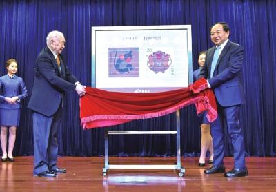 1月5日,《丙申年》生肖猴票的设计者黄永玉(前左)和中国邮政集团公司总经理李国华(前右)共同为新邮票发行揭幕。