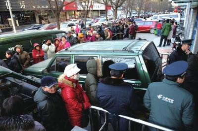 为了抢到限量版邮票,市民排起了长队。京华时报记者谭青摄