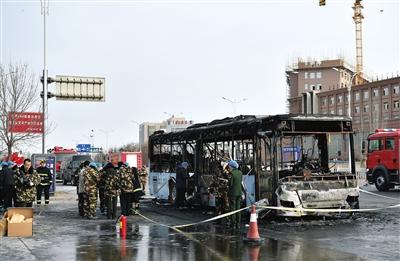 昨日,在宁夏银川市贺兰县,公交车着火后被烧毁。新华社记者 李然 摄