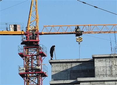疑犯马永平在一处工地楼顶与警方僵持。新华社记者 王鹏 摄