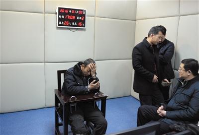 5日,马永平在接受审讯。 新华社发