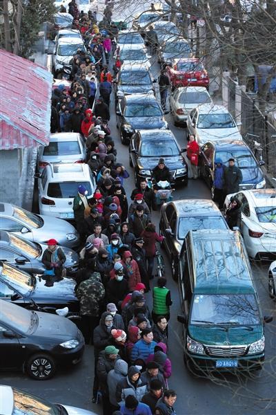 """昨日,水碓子邮局,购买""""丙申年""""生肖猴票的队伍排出百余米,一度造成交通拥堵。 新京报记者 薛�B 摄"""
