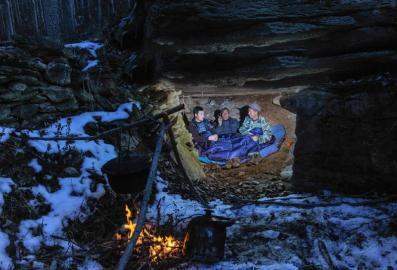 队员们预备在一处岩穴留宿。