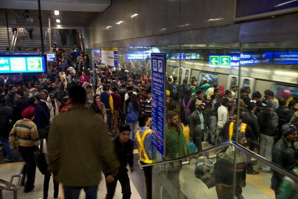 新德里为治理污染引进汽车限行措施后,地铁站拥挤不堪。