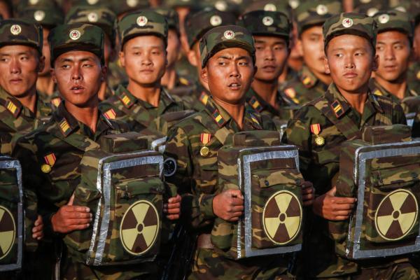 """2015年10月10日,朝鲜平壤金日成广场,阅兵式上出现的核背包部队。这个标有放射装置的""""核背包""""里装的是什么一直众说纷纭。 刘行? 澎湃资料图"""