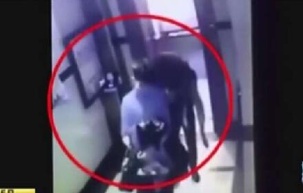(监控视频截图,显现女孩儿认识含糊、被人背到宾馆)