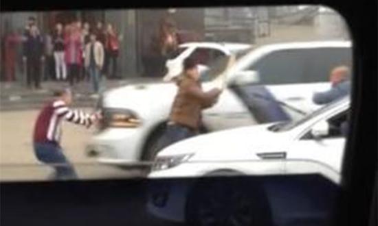 河北定州被曝街头群殴 皮卡车多次撞人