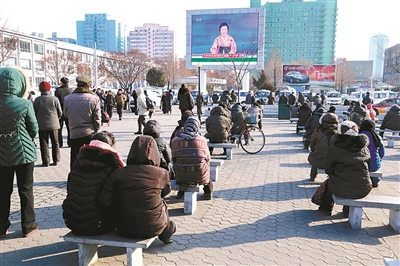 市民通过大屏幕了解核试验消息 供图/IC