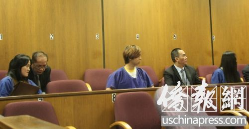 翟芸瑶(左)、章鑫磊(左三)和杨玉菡(右)在法庭上。(美国《侨报》/高睿 摄)