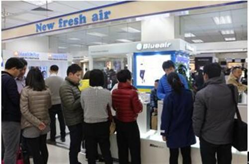 在Blueair品牌的部分零售专柜前,络绎不绝的咨询者及购买者都遇到了部分热销型号断货的状况。消费者对于持续的空气污染的担忧,以及做出的集中购买行为,也反映出当前市场对于空气净化器产品的关注。Blueair品牌表示,随着空气污染被越来越多国人所认识并关注,空气净化器市场的扩大将成为趋势<b