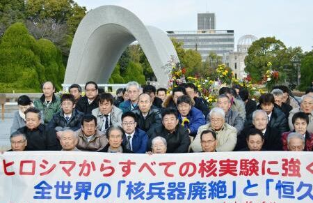 """【环球网报道 记者 马丽】据日本共同社1月7日报道,鉴于朝鲜宣称成功实施氢弹试验,日本广岛核爆受害者7日在广岛和平纪念公园的原子弹爆炸慰灵碑前静坐抗议,批评朝鲜此举""""践踏了核爆地希望废除核武器、期盼世界永远和平的心愿,无法容许""""。"""