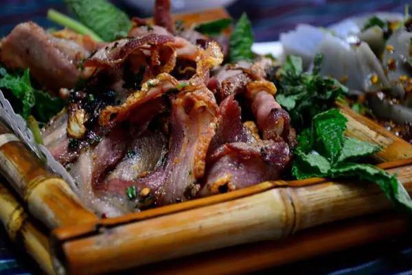 是丽江茶马古道上流行起来的一道传统的马帮菜,主料为新鲜五花肉经过