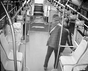公交司机在车上捡到10万元 失主拿回包差点哭起来