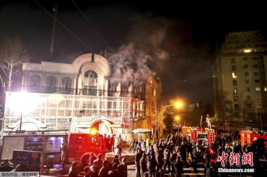 当地时间1月2日,德黑兰,伊朗示威者冲击沙特驻伊朗大使馆,打砸使馆门窗并纵火焚烧使馆部分楼体。沙特阿拉伯外交大臣朱拜尔3日宣布,沙特与伊朗断绝外交关系。